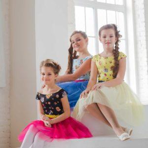 Стильное платье для девочки с принтом