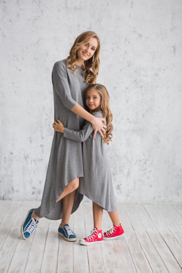 Женское трикотажное платье с удлиненной спинкой