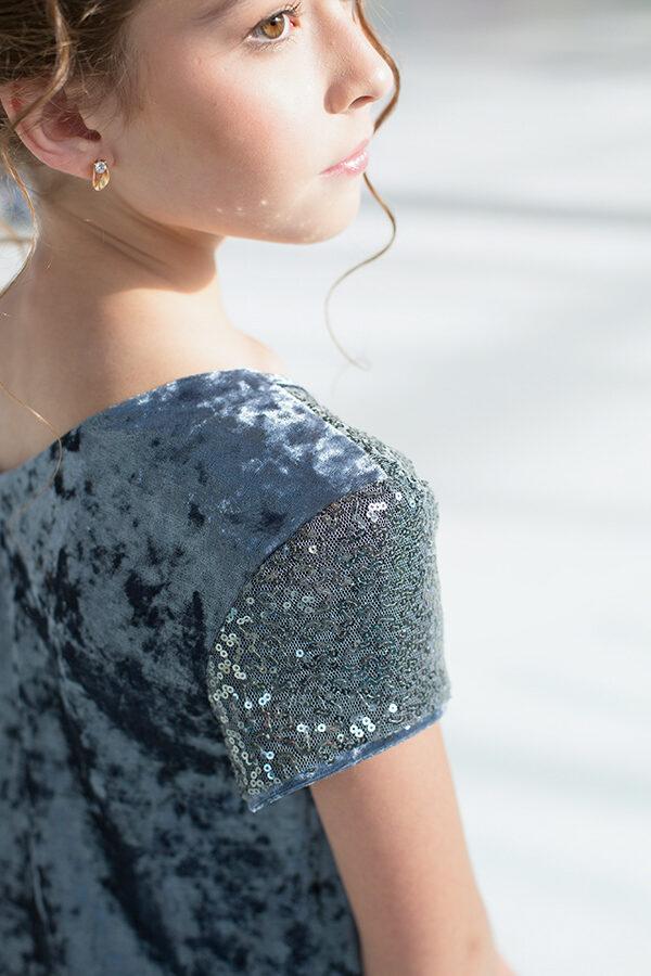 бархатное платье для девочки А-силуэта с пайетками серебро
