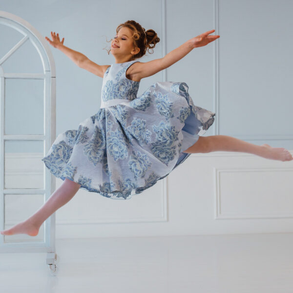 нарядное платье для девочки подростка из голубого жаккарда с пышной юбкой Полет