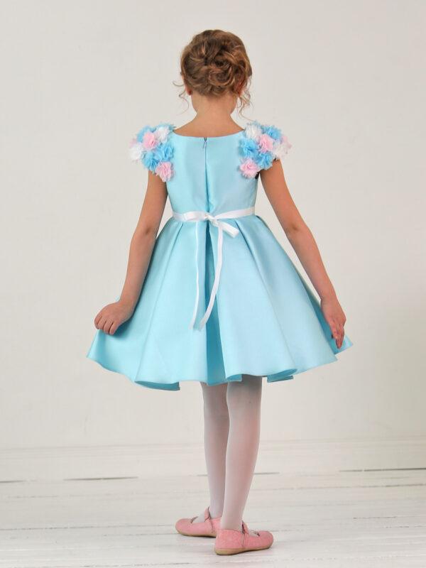 пышное голубое платье с цветочным декором