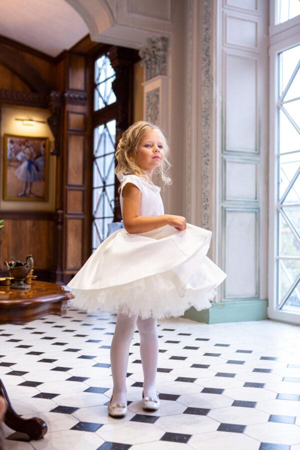 пышное белое платье с цветочным декором