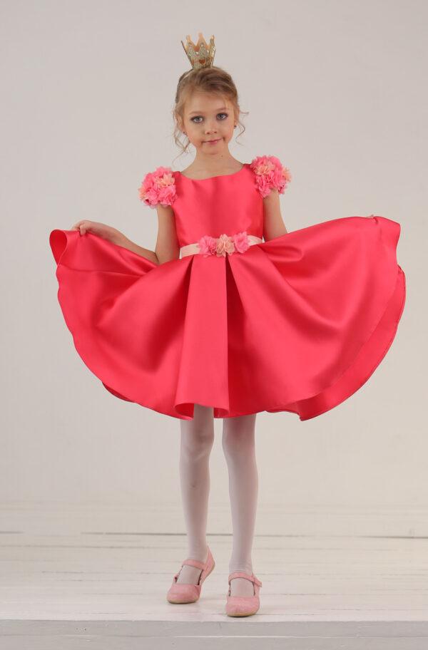 пышное красное платье с цветочным декором